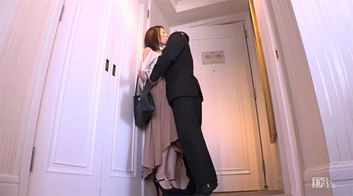 部屋に入ってすぐに体を求められる白咲奈々子